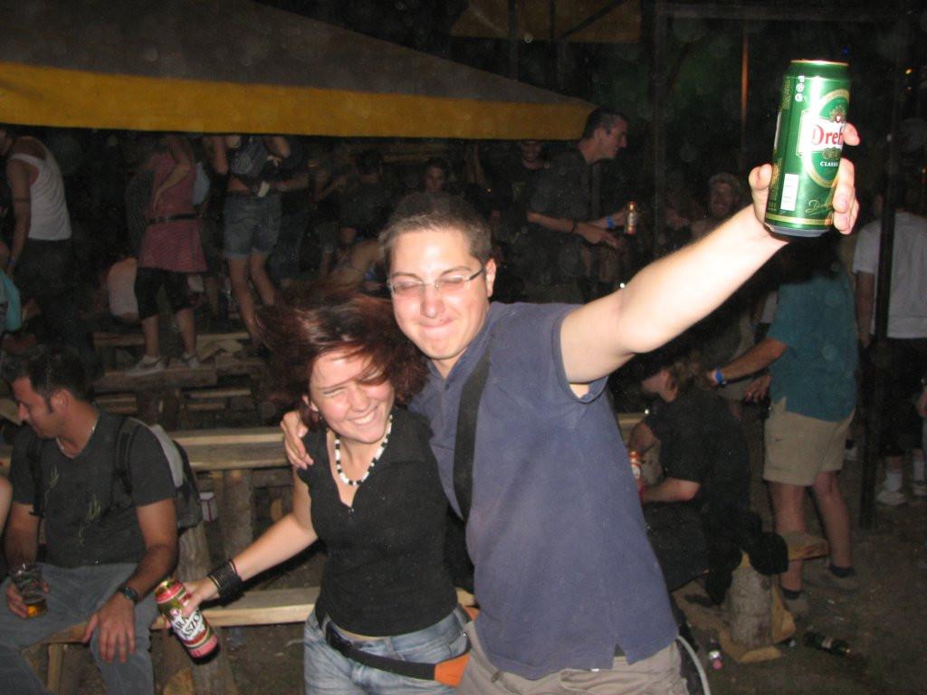 Szabi és Fruzs egy sörösdoboz körül pörögnek