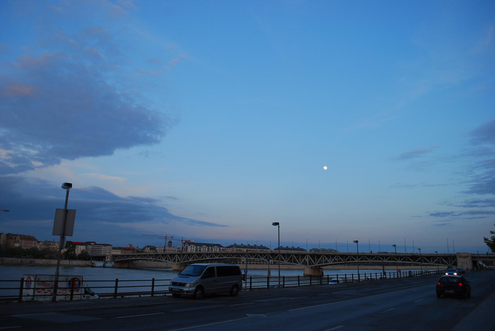 DSC 1459 felhők közt a hold